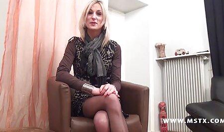 Britische blonde Schlampe in kostenlose pornos zum herunterladen einer FFFMM-Szene auf dem Bett