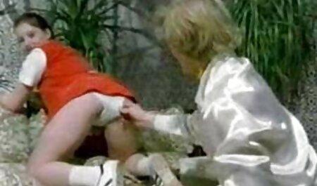 Junge blonde bullige kniet und bläst hamster porn gratis einen hungrigen Kerl in Schatten dann fickt